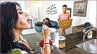 Brazzers xxx: Big ass latina keeps busy at home